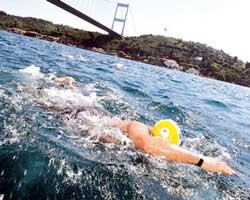 akintili-denizde-yuzmek